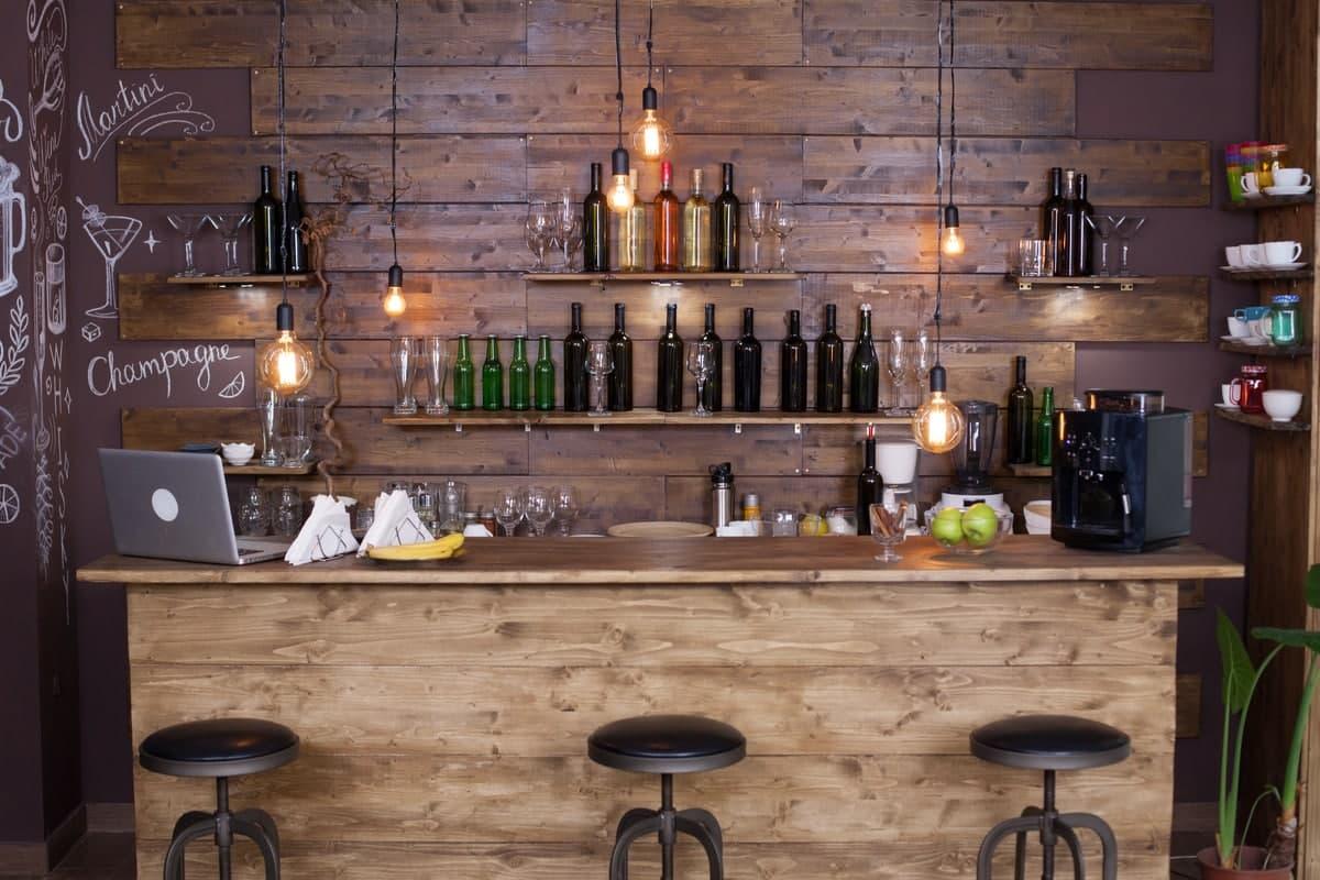 Come realizzare un perfetto angolo bar in casa: guida e consigli