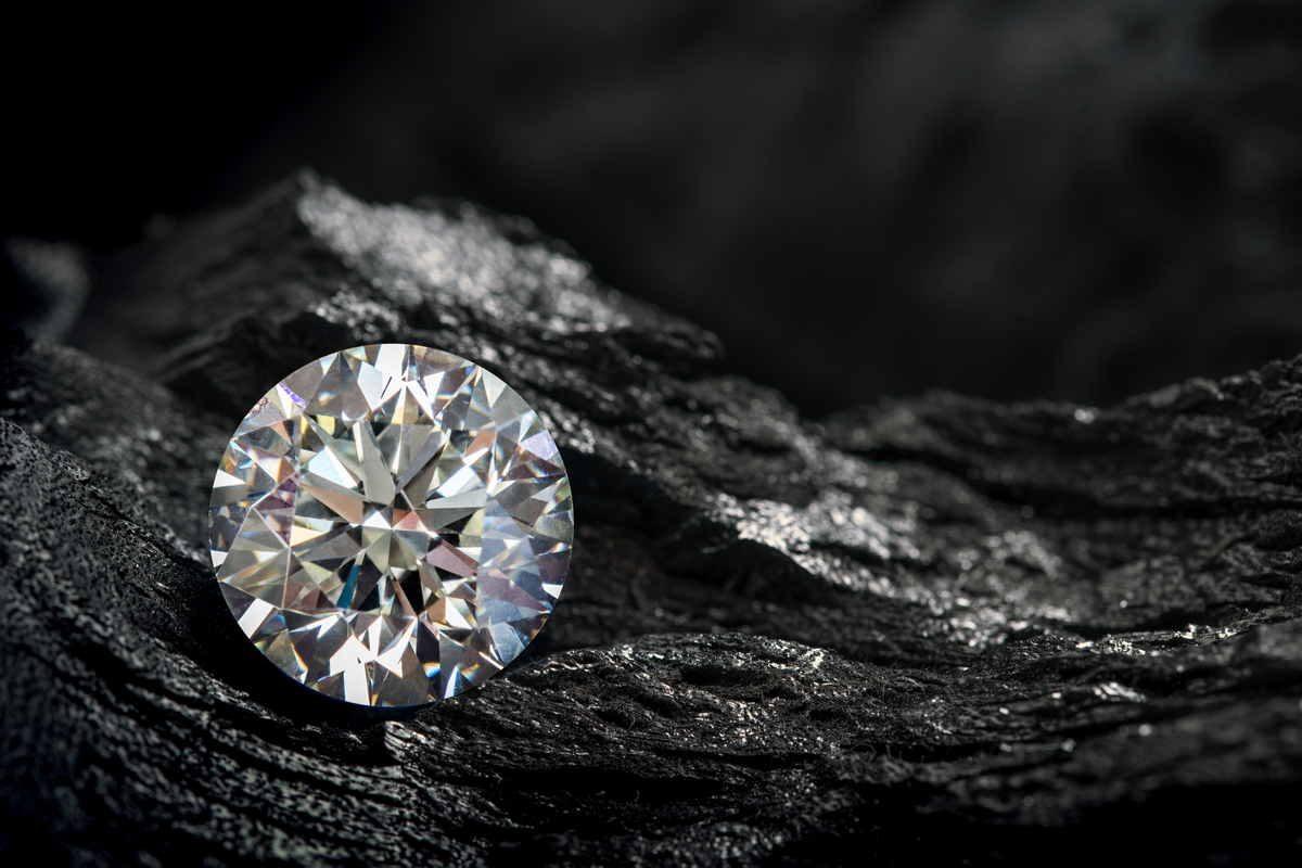 Diamante su pietra nera