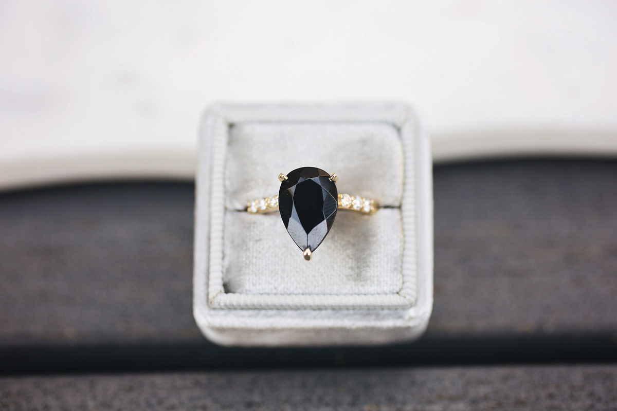 Anello con diamante nero